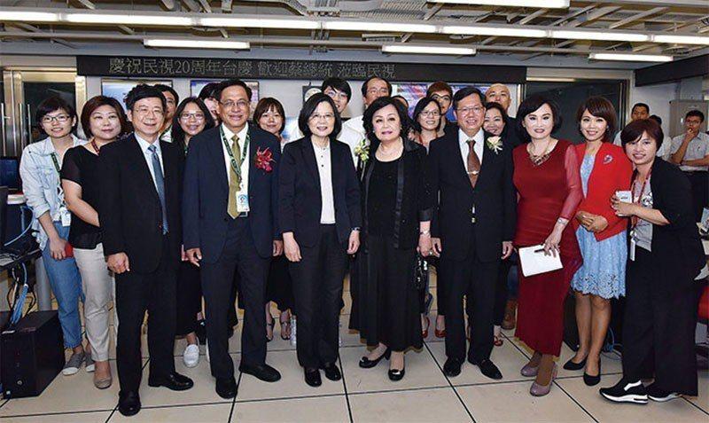 民視林口數位媒體總部落成,郭倍宏(前左2)、王明玉(前左4)與總統蔡英文(前左3...