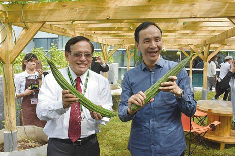 郭倍宏(左)接任民視董事長被質疑違反利益迴避。