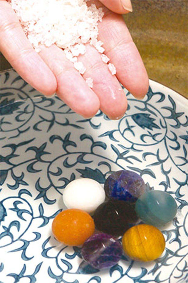 將水晶、寶石放置於加入粗鹽的清水中,靜置一晚便可完成淨化。