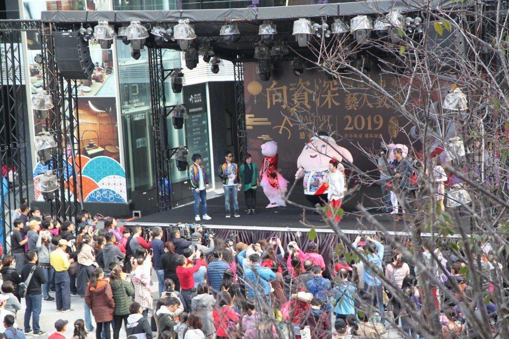 藝人白冰冰昨舉辦記者會,台中市大買家、中陽集團的董事長張異昌初一到初六邀請包括白...