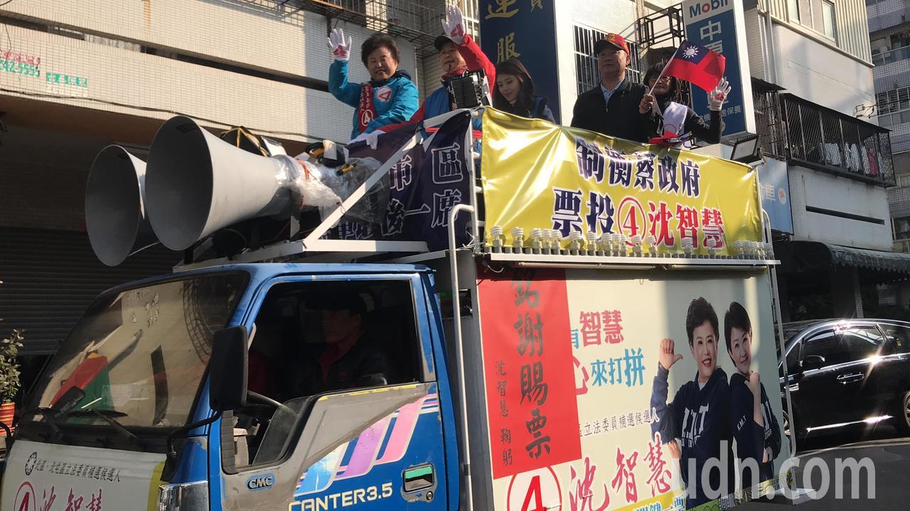 台中市立委當選人沈智慧今天早上九點開始沿街謝票。記得陳秋雲/攝影