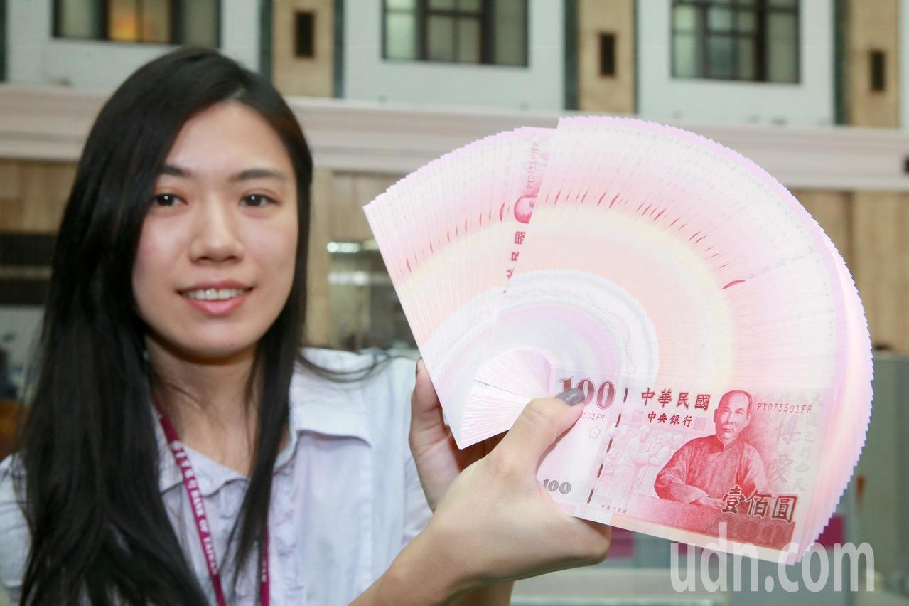 春節將至,民眾喜愛拿著紅色的新鈔票包紅包,沾喜氣。記者黃義書/攝影