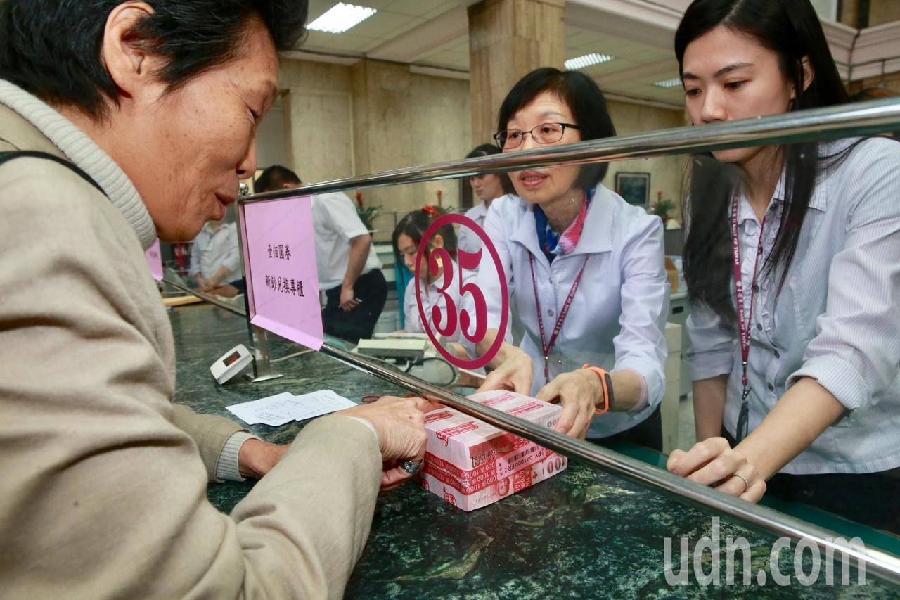 有人一口氣換了10萬元一整疊的百元新鈔。記者黃義書/攝影