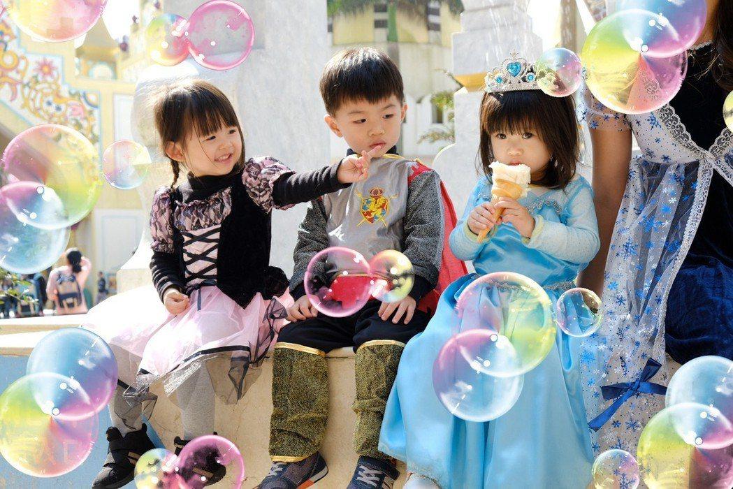 小朋友化身小公主、小騎士,走進夢幻的泡泡童話世界。 圖/六福村提供