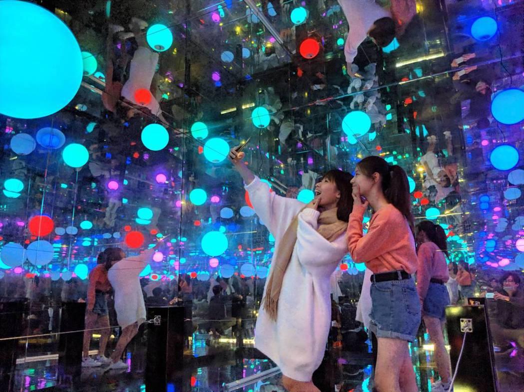 奇幻絢麗的「鏡像萬花筒」,讓遊客快門按不停。 圖/六福村提供