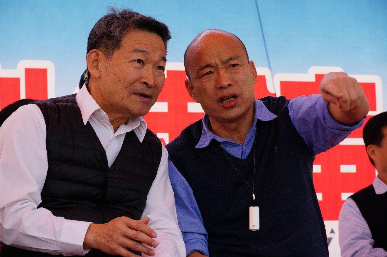 韓國瑜(右)今天首場行程視察消防演練。記者林伯驊/攝影