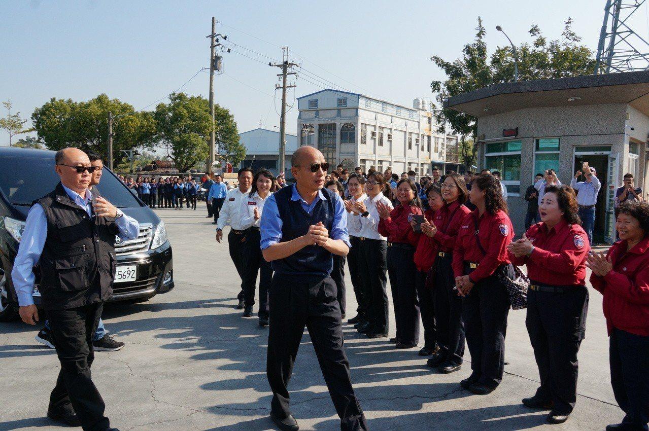 高雄市長韓國瑜(左二)今天上午出席消防局演練。記者林伯驊/攝影