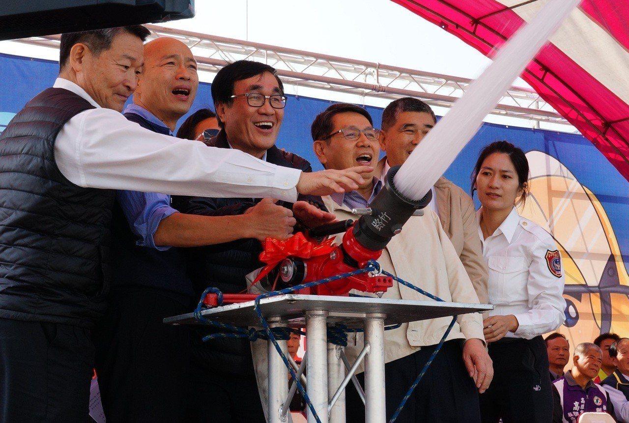 韓國瑜(左二起)及副市長李四川等人共同操作噴出水柱。記者林伯驊/攝影