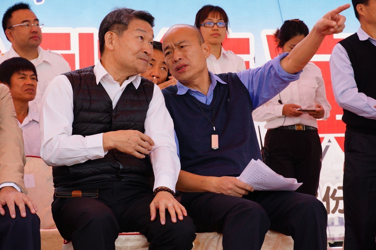 韓國瑜(左二)仔細看演練。記者林伯驊/攝影