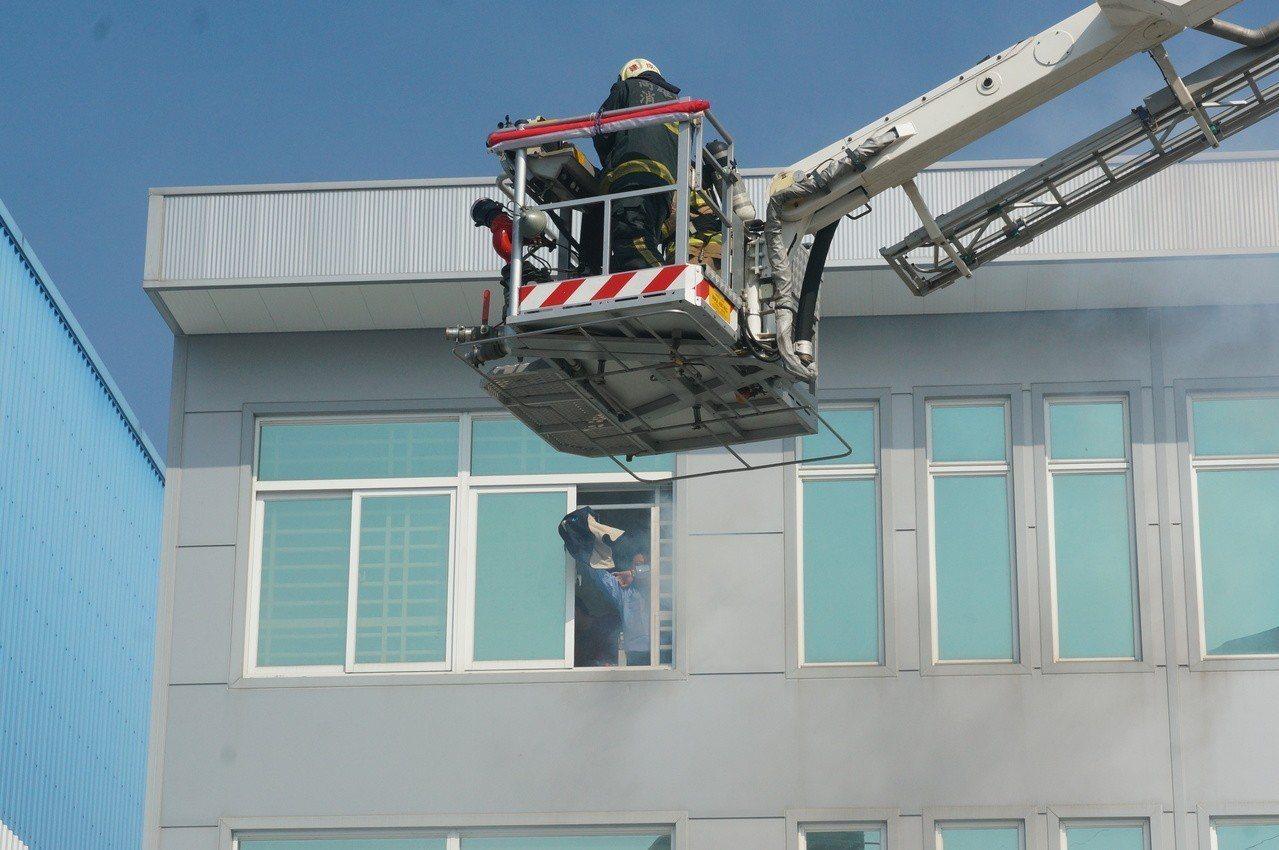 高市消防局出動雲梯車。記者林伯驊/攝影