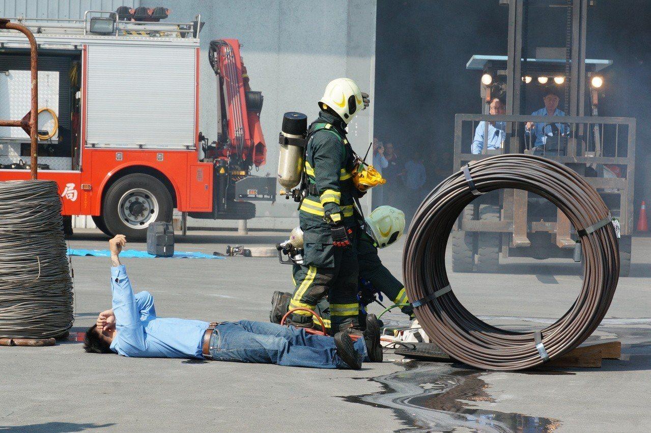 高市消防局模擬搶救受傷員工。記者林伯驊/攝影