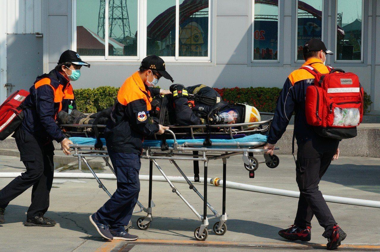 消防局也演練消防人員受傷。記者林伯驊/攝影