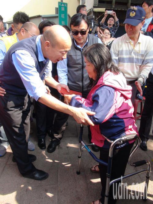 身障人士也跟著排隊等紅包。記者謝梅芬/攝影