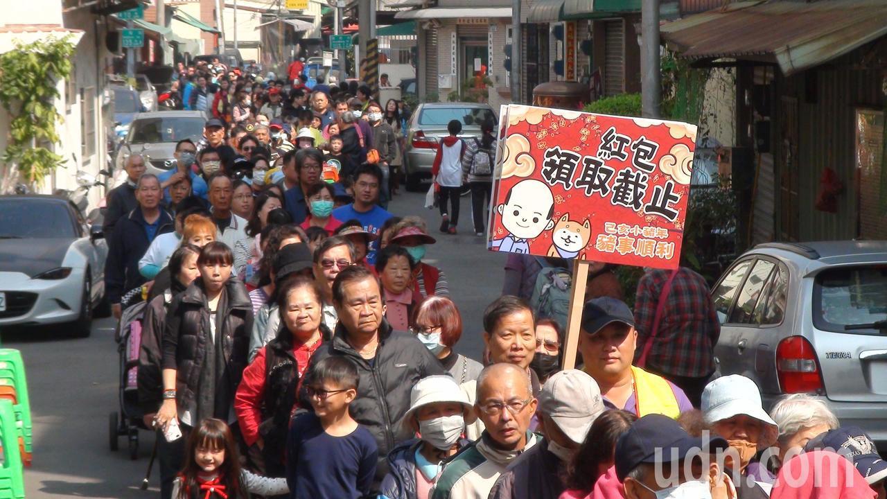 即使高舉發紅包截止牌,後方仍有不少民眾排隊要領紅包。記者謝梅芬/攝影