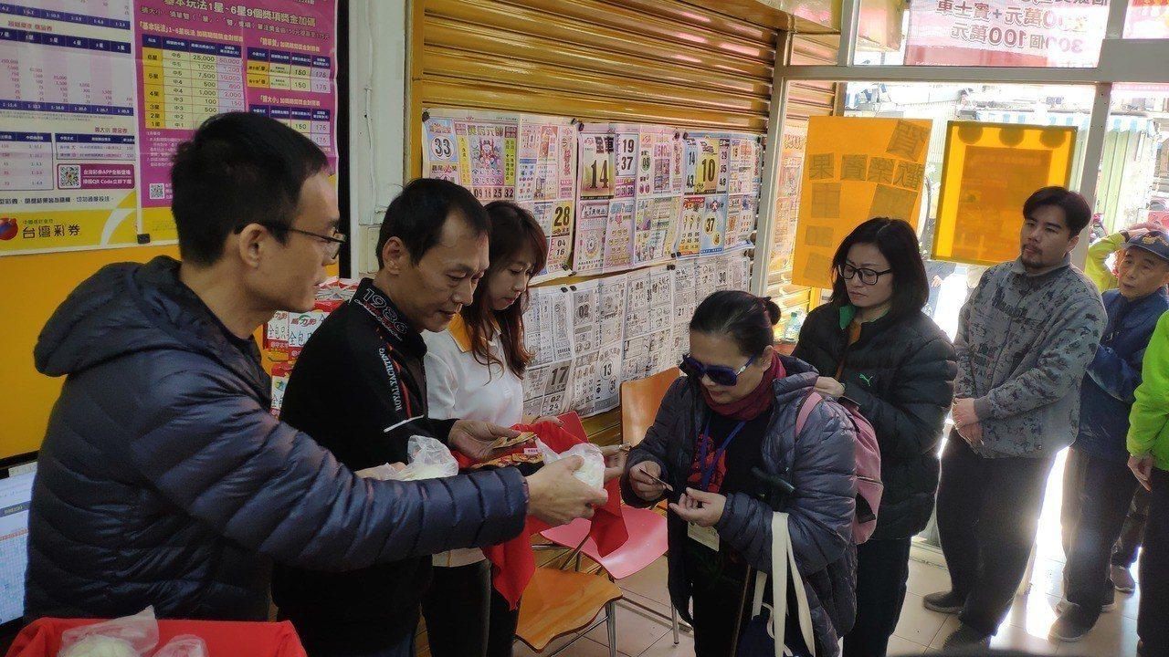 余姓頭獎得主(左2)。記者李京昇/攝影