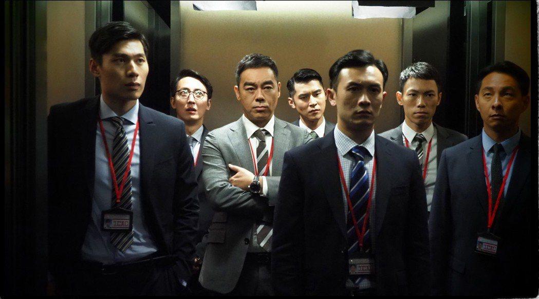 劉青雲(左三)與眾演員演出爆破場面前一刻。圖/華映提供
