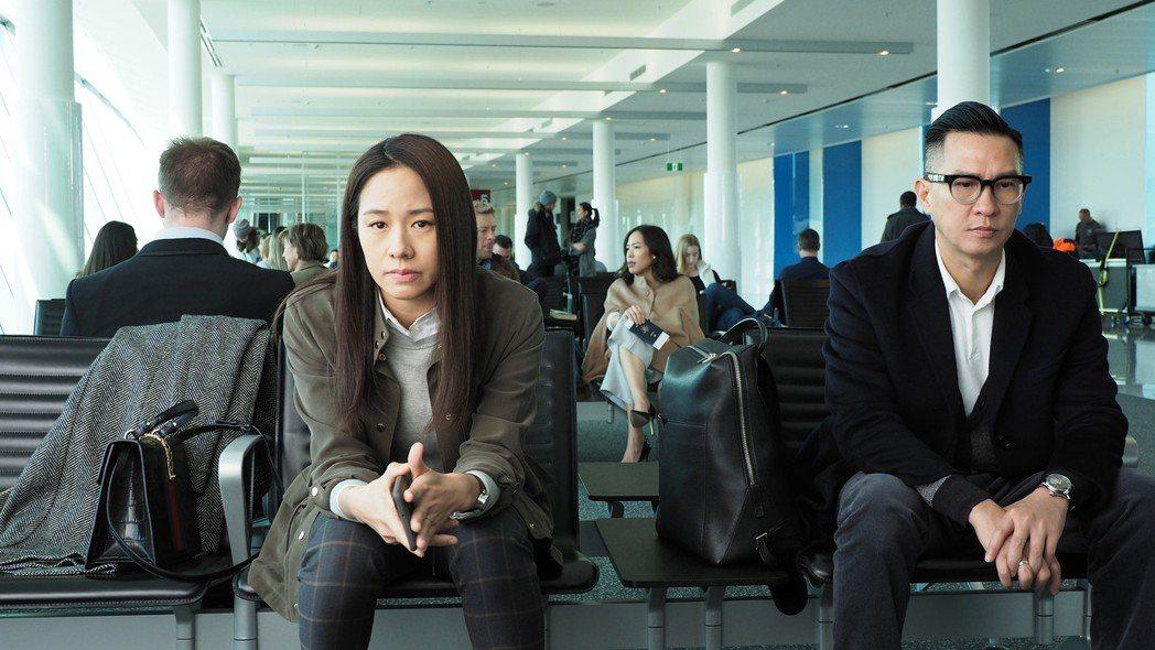 林嘉欣(左)與張家輝進入機場禁區拍攝。圖/華映提供