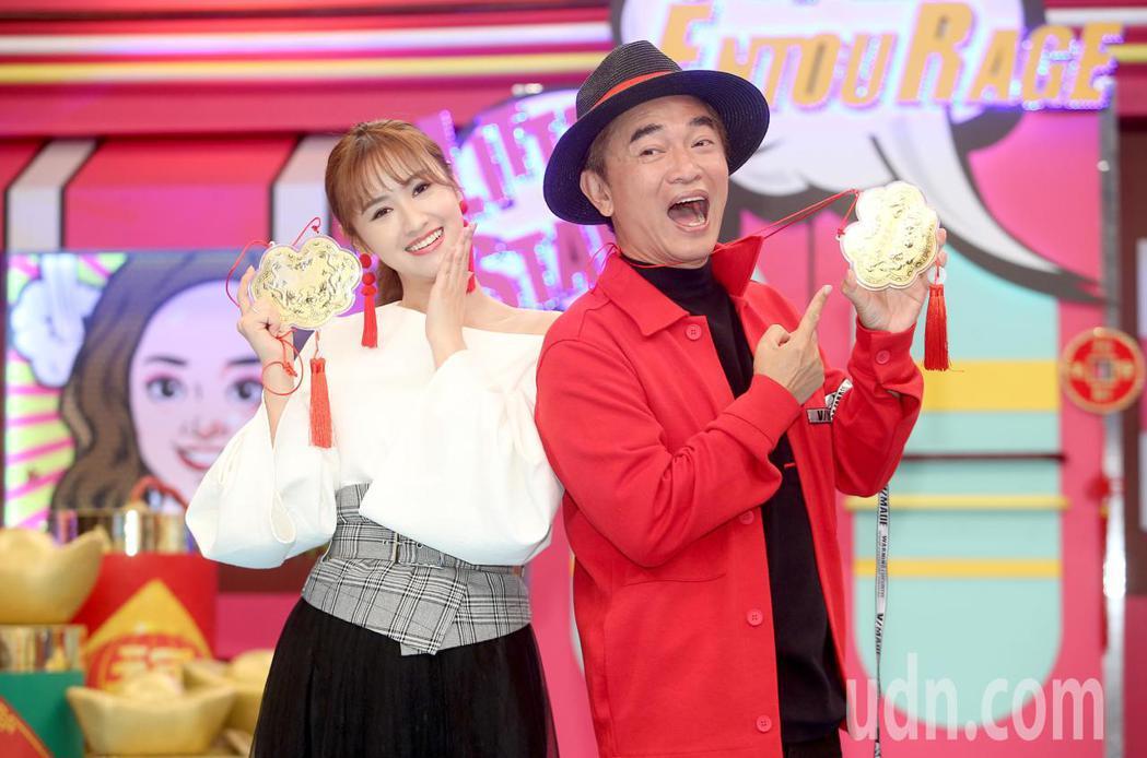 吳宗憲(右)與吳姍儒(左)出席「小明星大跟班」三周年記者會。記者余承翰/攝影