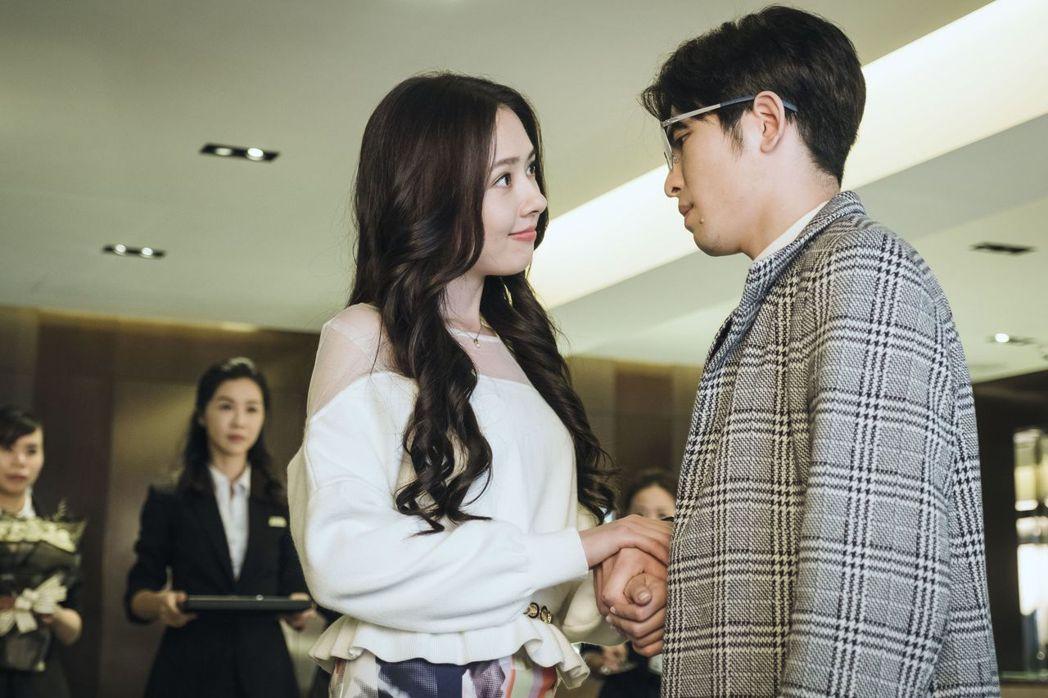 郭碧婷(左)飾演勇敢追愛的千金小姐。圖/公視提供