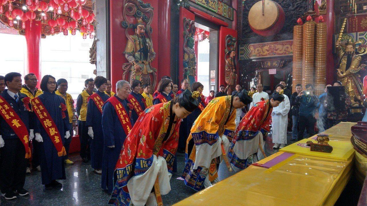 宜蘭遵循「送神筅黗」古禮,在爐源寺舉辦傳統祭儀、送舊迎新。記者戴永華/攝影