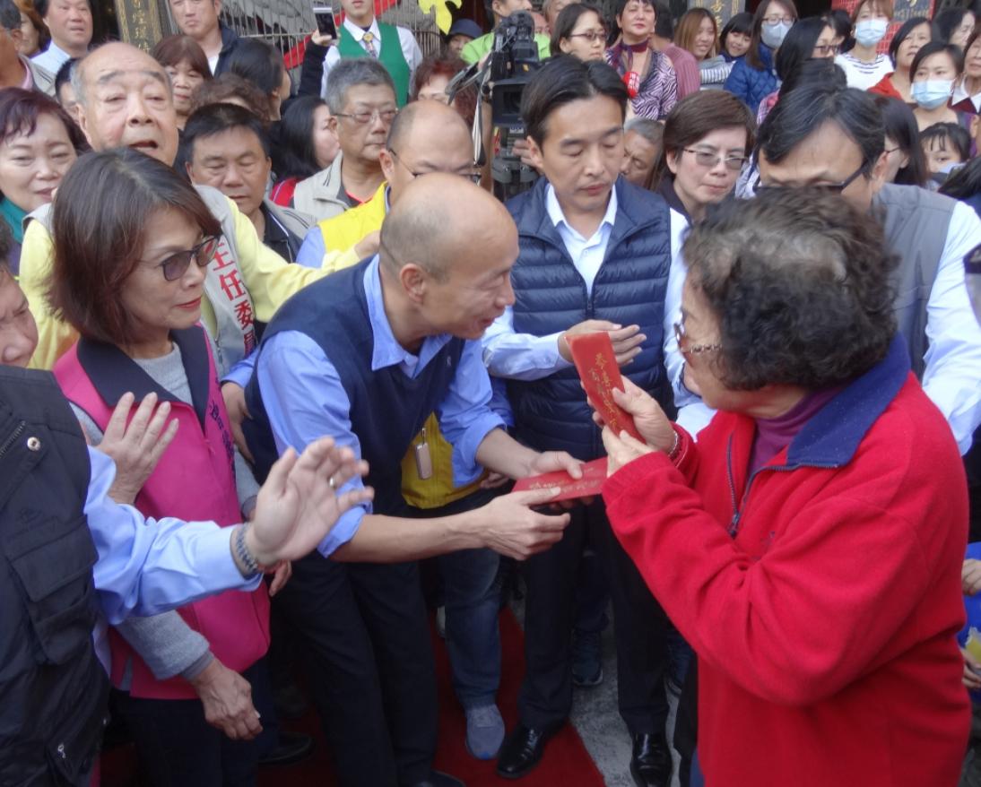 高雄市長韓國瑜彎腰、蹲低、摸頭肢體動作讓民眾感受到正面情緒。聯合報系資料照/記者...