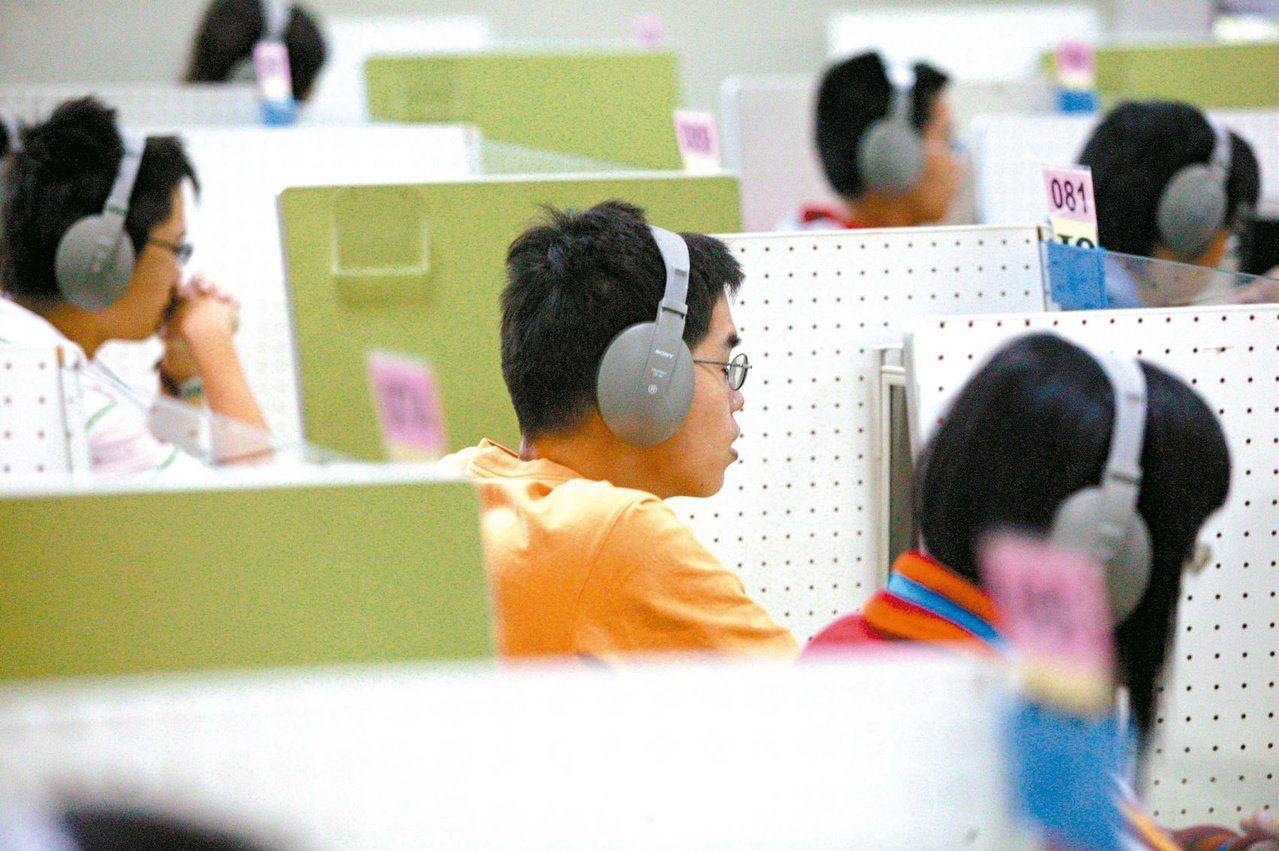 圖為學生接受全民英檢英聽測驗。本報資料照