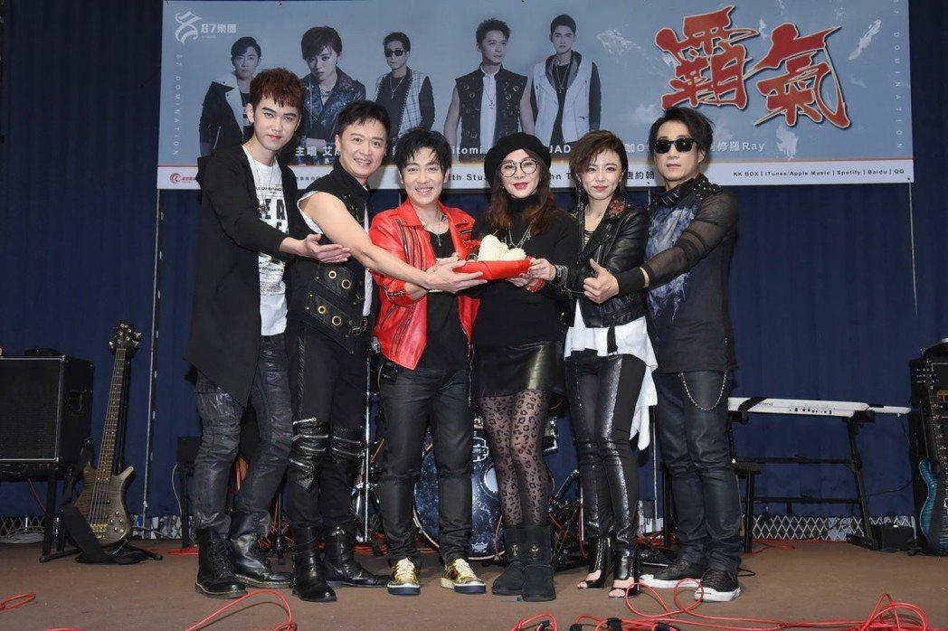 陳美鳳(中)力挺87樂團。圖/月音唱片提供
