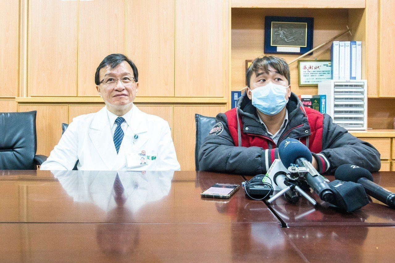 病患兒子蔣先生(右)今天與慈濟醫院醫務秘書李毅(左)對外說明慈濟醫院醫療疏失一事...