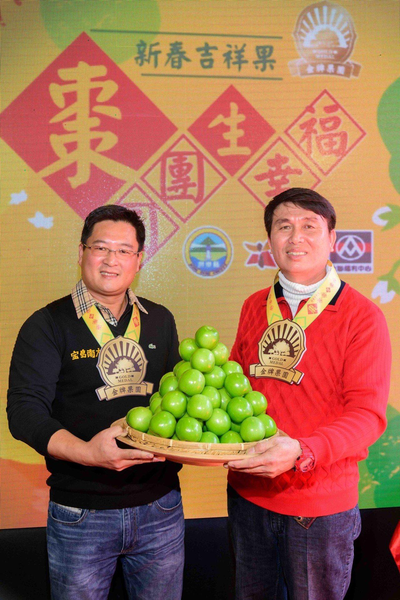 兩大神農潘志民(左)和謝明樹(右)向全國消費者推薦高雄12號珍愛蜜棗。圖/全聯福...