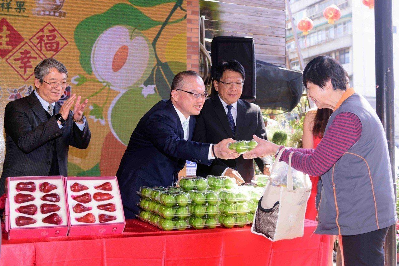 全聯於現場邀請民眾試吃珍愛蜜棗,吸引不少民眾排隊。圖/全聯福利中心提供