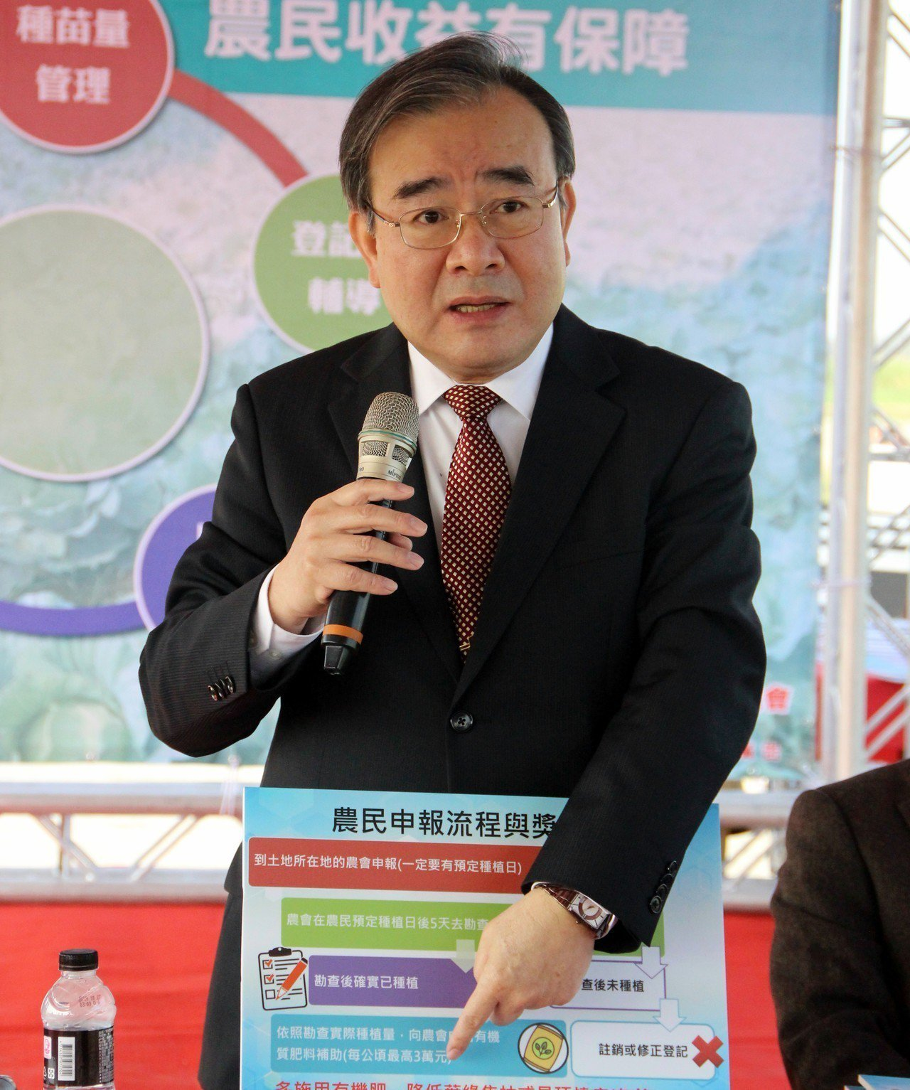 農糧署署長胡忠一說明登記制度,讓農民保證收益。記者林敬家/攝影
