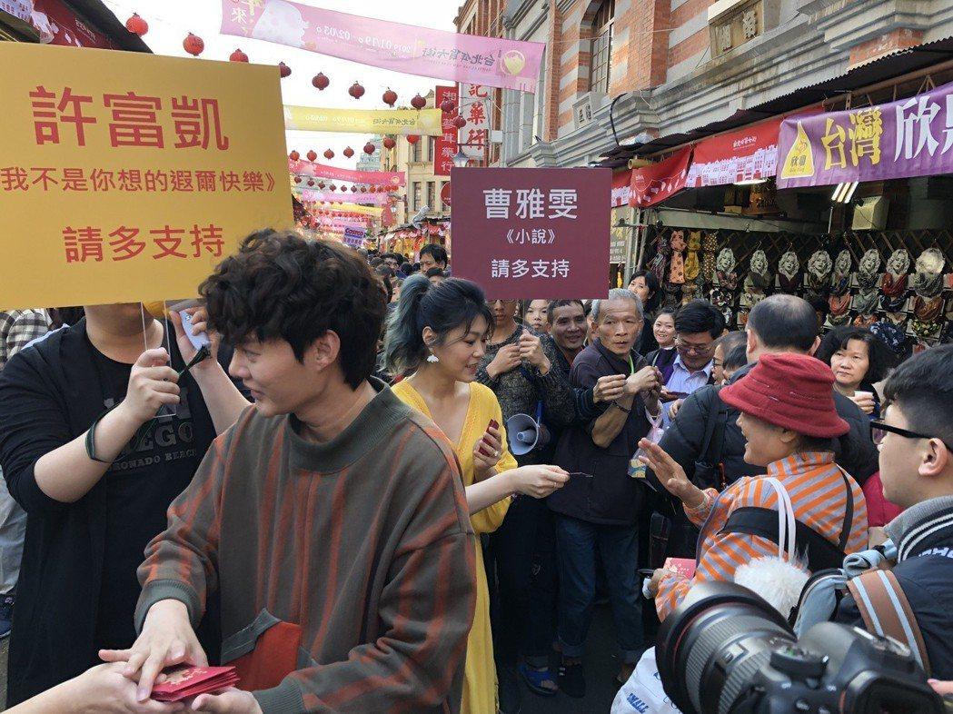 許富凱(左)、曹雅雯到年貨大街發送金豬開運紅包。記者林士傑/攝影