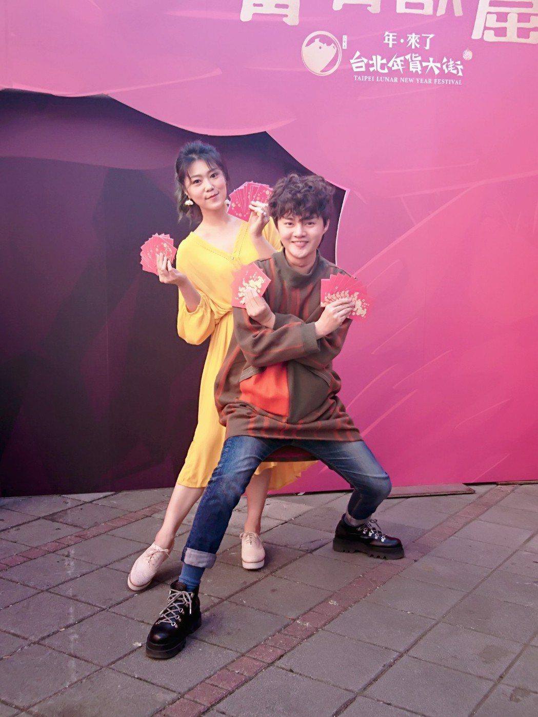 許富凱(右)、曹雅雯到年貨大街發送金豬開運紅包。圖/時代創藝提供