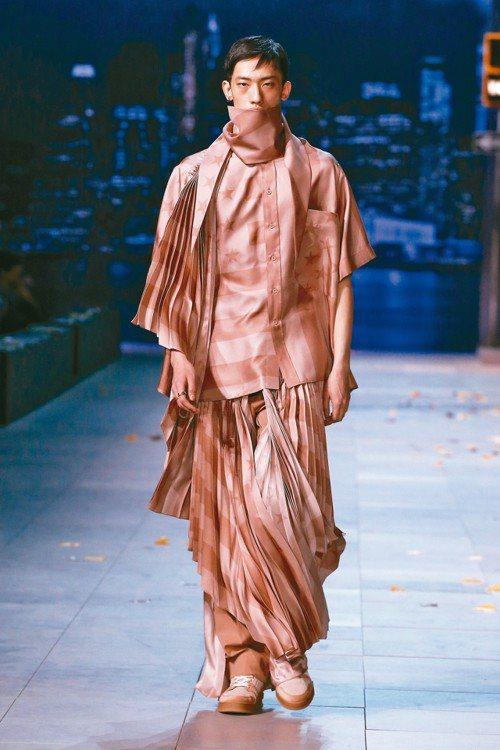 路易威登在秋冬男裝的百褶裙飄逸浪漫,連女性都為之心動。 圖/LV提供