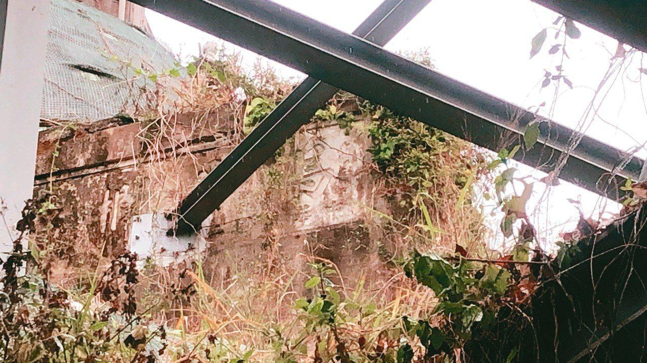 南投縣埔里鎮公所在愛蘭橋頭的電子看板,看板鋼梁釘入約80年歷史的烏牛欄橋石碑惹議...