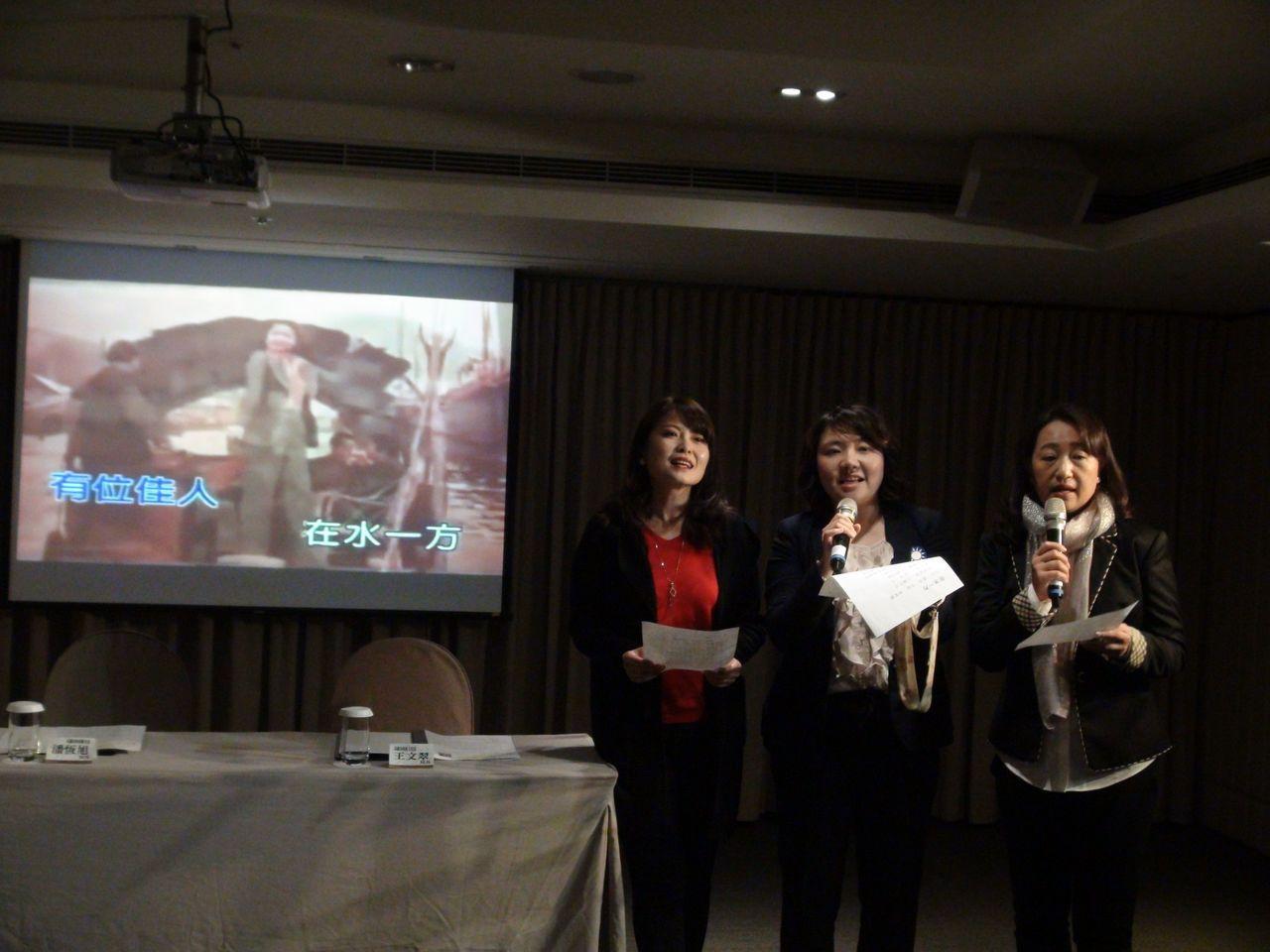 高雄市議員陳美雅、邱于軒和李雅芬(由左到右)昨天下午一起合唱「在水一方」。 記者...