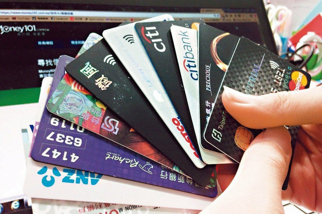 許多家長刷卡分期繳學費,業者提醒留意登錄期限,避免產生額外費用。 圖/聯合報系資...