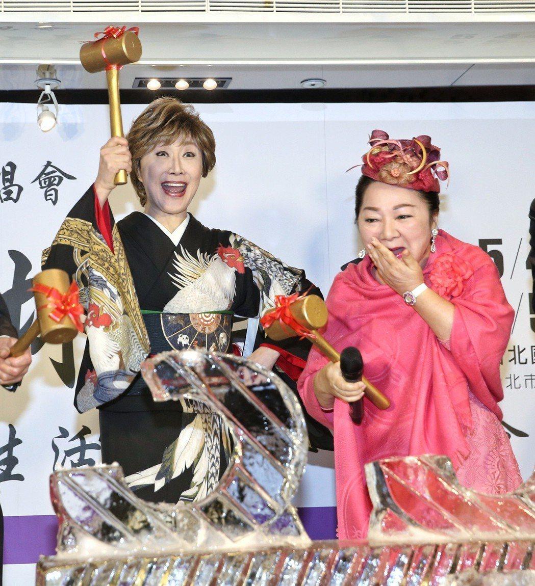 小林幸子(左)舉行演唱會行前記者會,白冰冰(右)來站台,今年是小林幸子出道55週...