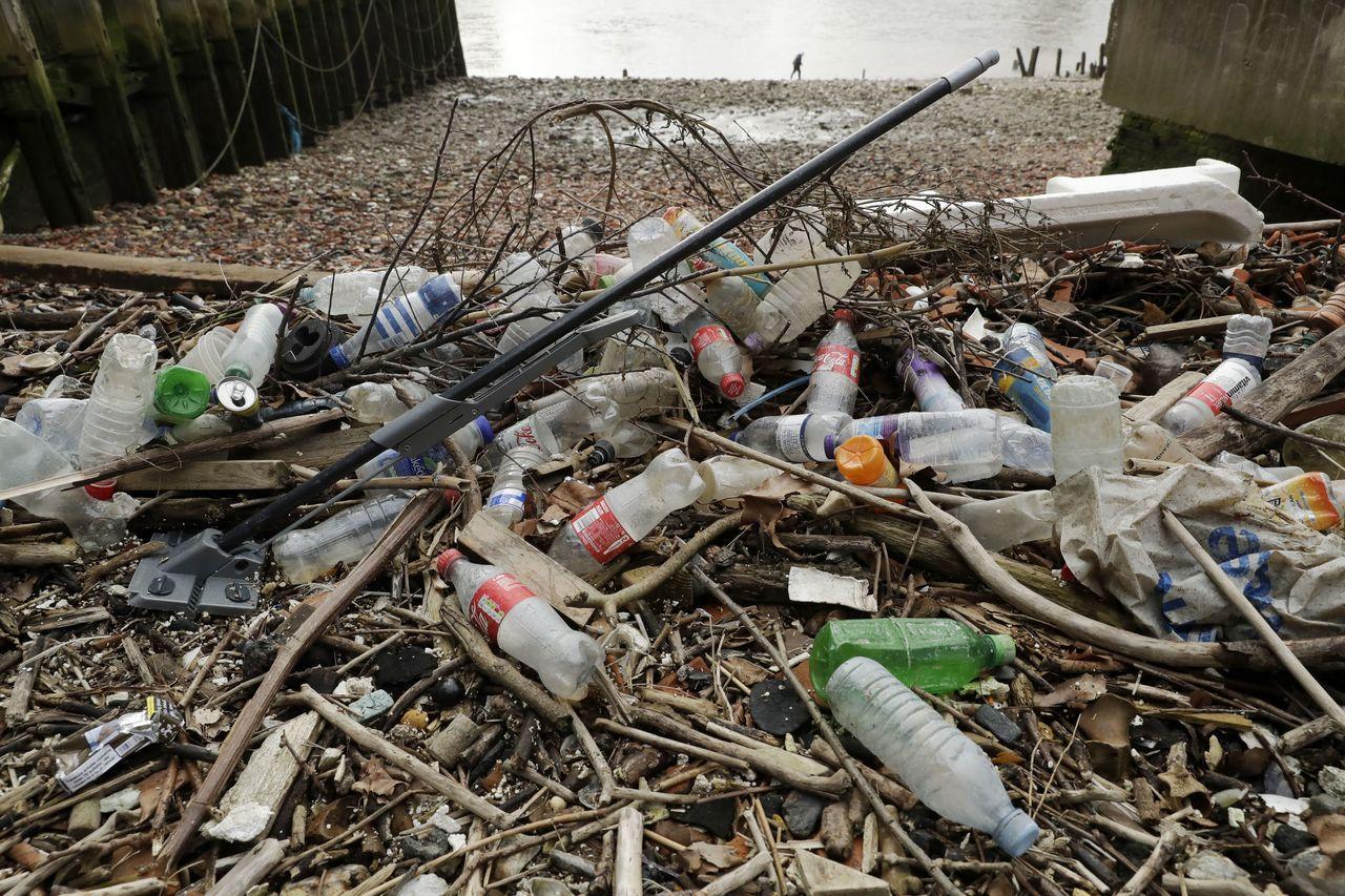 塑膠永遠不會自然分解。 (美聯社)