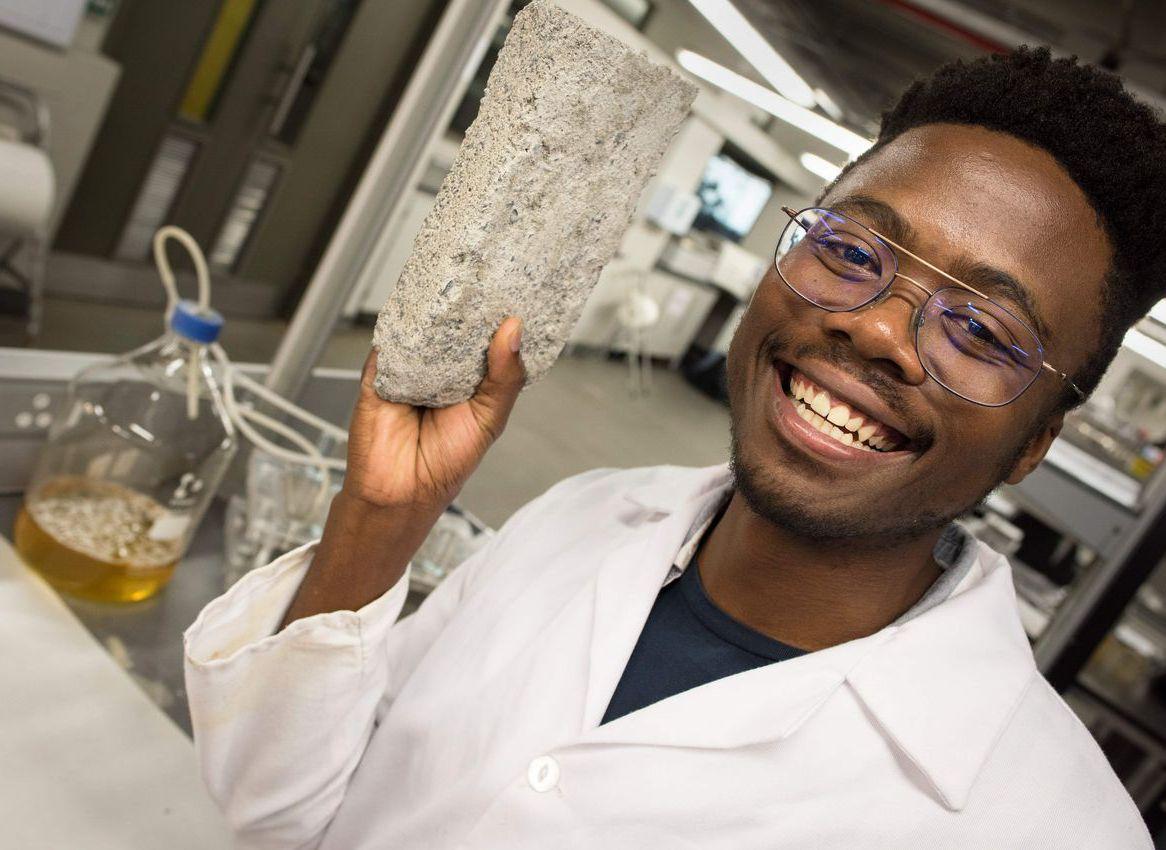 南非開普敦大學展示研發成功的尿素磚。在製造過程中,尿素磚不會釋放任何溫室氣體,但...