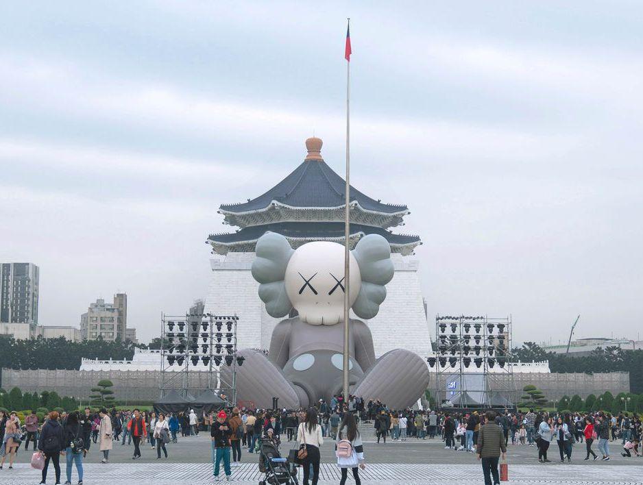 對於中正紀念堂未來,各種「建議」已不下10個。圖為日前巨型藝術裝置在中正紀念堂展...