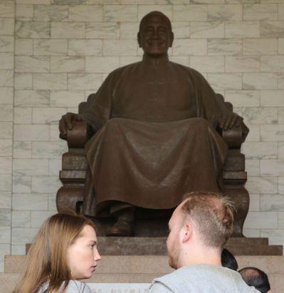 建築師謝文貴建議,「蔣介石銅像」可熔掉重鑄成「歷史文字說明碑」,不評斷功過,但真...