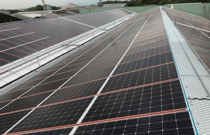 冠旭企業「屋頂無浪板太陽能專利支架」應用實績。業者/提供