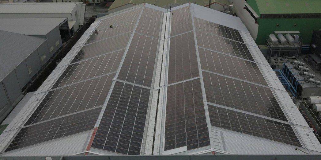 冠旭企業自有舊廠房的屋頂浪板全面汰換為太陽能板屋頂,透光省電費,完全不會漏水。業...