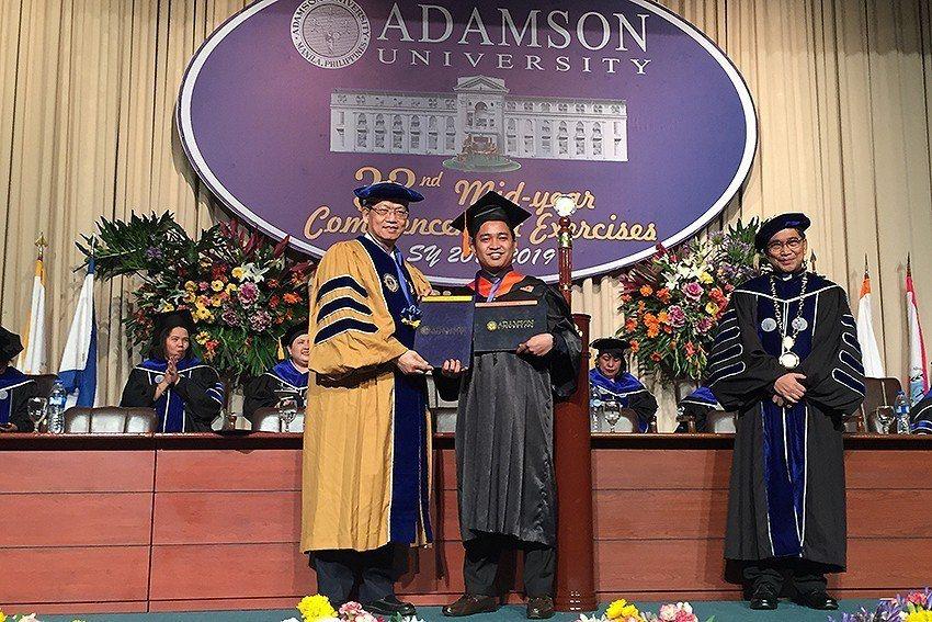 明新科大與菲律賓亞當森大學雙聯學制首批學生畢業,校長林啟瑞(左)特別前往參加畢業...