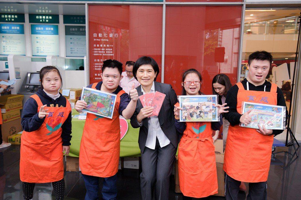 中壽愛心展售會,總經理黃淑芬以實際行動鼓勵育成憨兒們,助其展現自信。 中壽/提供