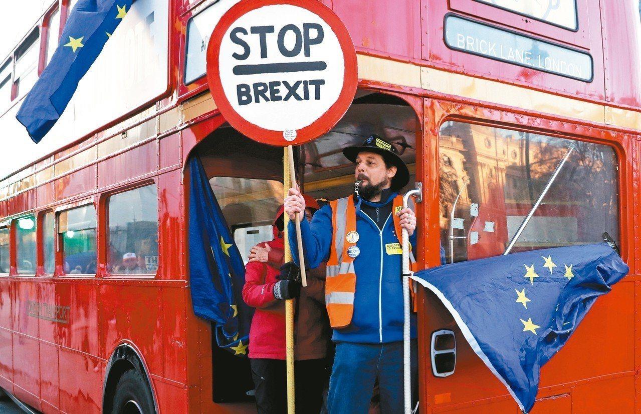 英國國會29日針對如何更改首相梅伊的脫歐協議進行辯論和表決。圖為反對脫歐的民眾2...