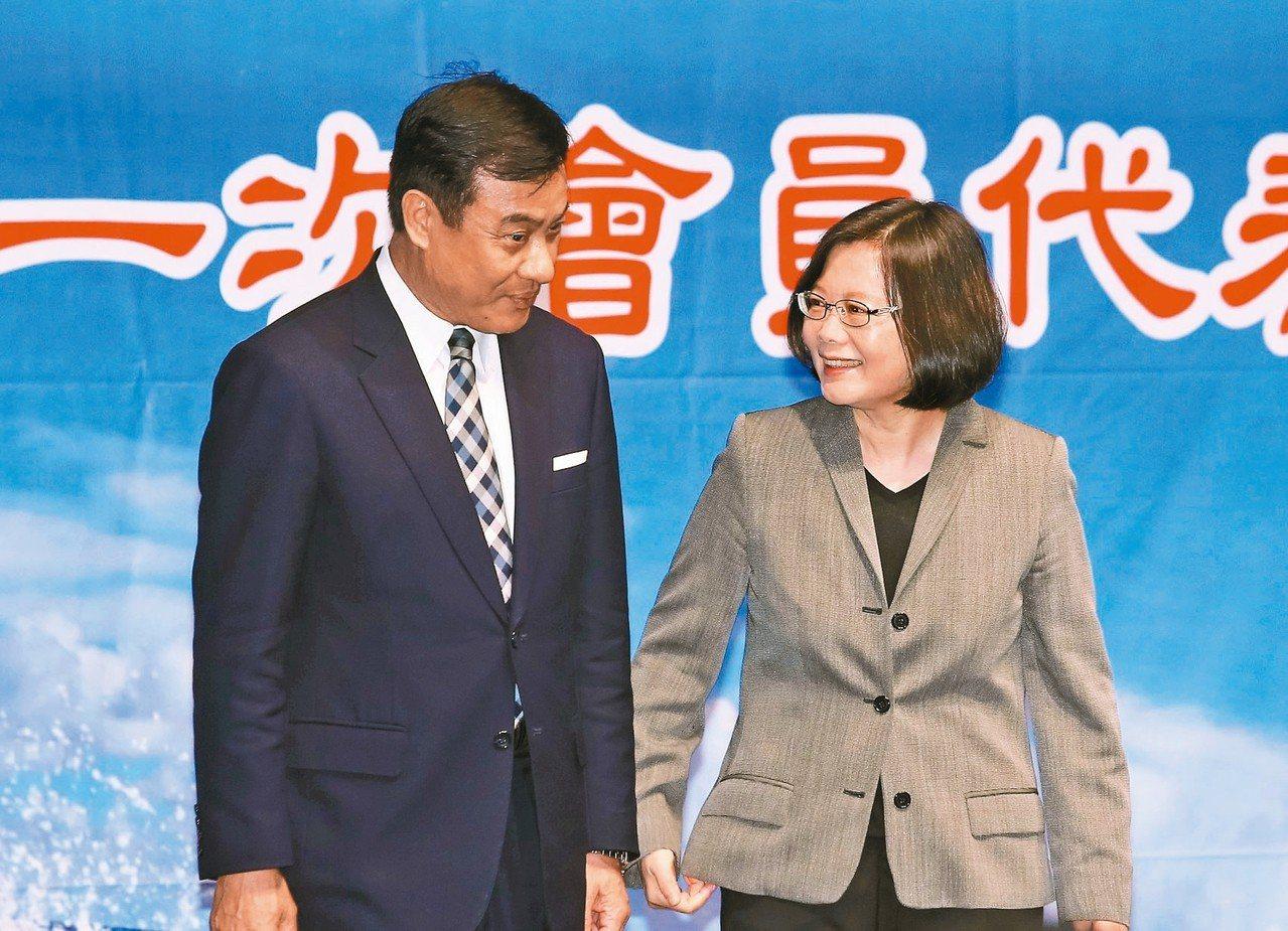 立法院長蘇嘉全(左)今天接受廣播訪問指出,2020總統大選蔡總統(右)仍是民進黨...