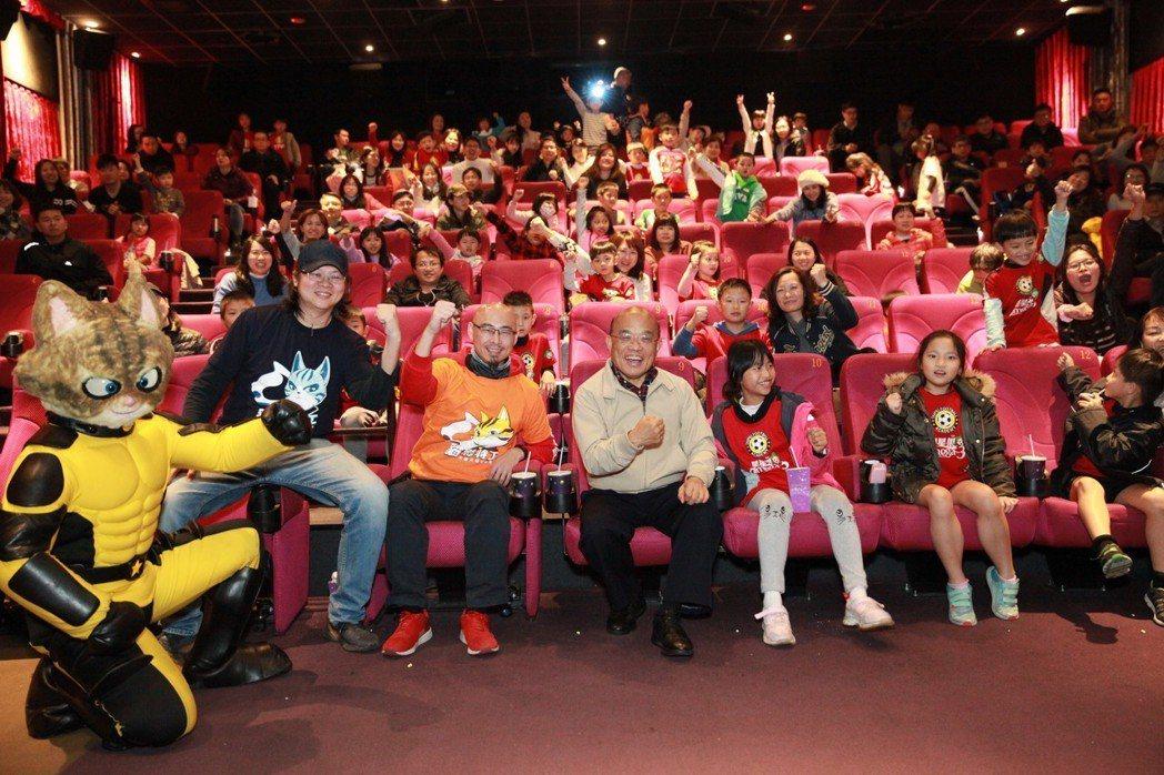 蘇貞昌院長在映後與《貓影特工》主角巴狄及所有觀眾一同合影。 貓影特工/提供