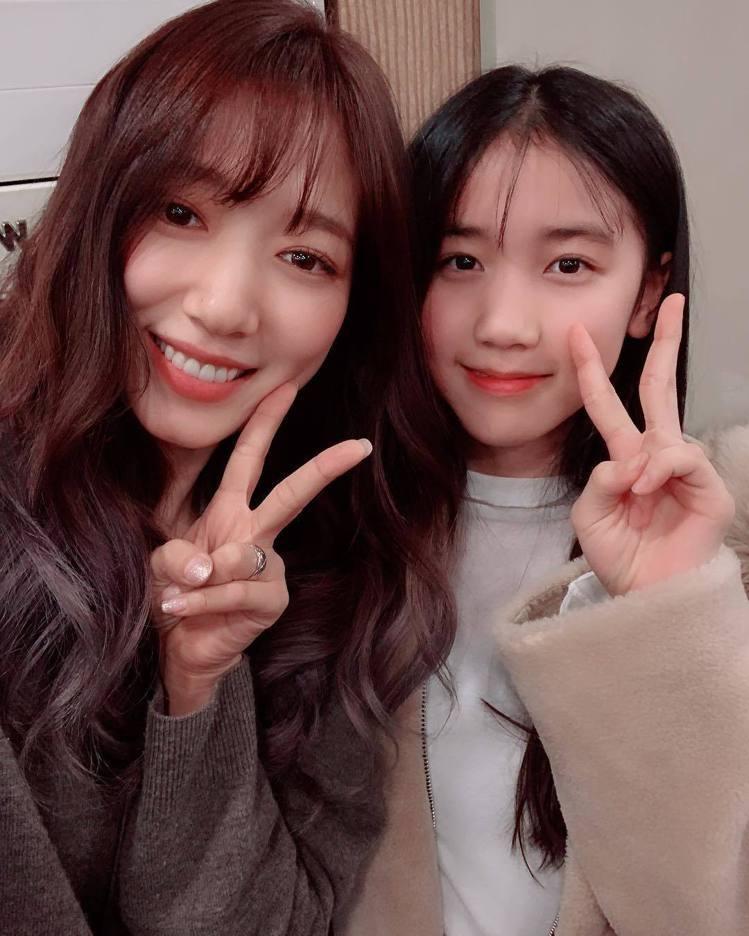朴信惠與劇中的妹妹李甄一同合照。圖/擷自instagram